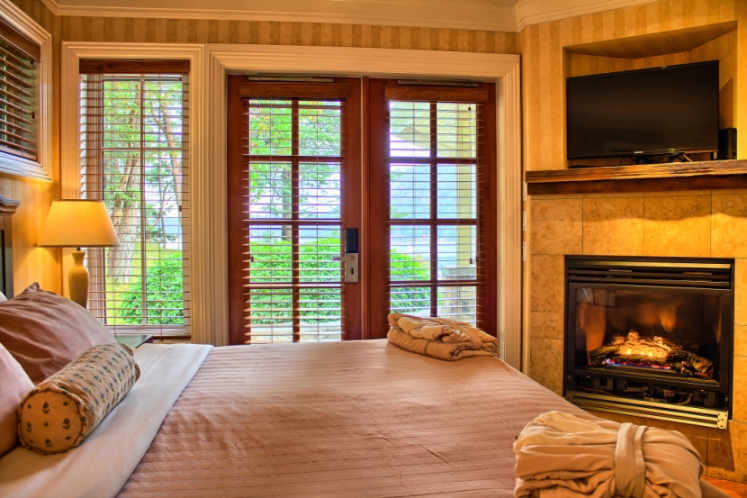 Cottage-King-Bed-Ocean-and-Forrest-View
